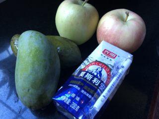 香芒苹薯沙拉,苹果、芒果的个头用酸奶来衡量一下。如果用的是大个头的,那么各一个就够啦。