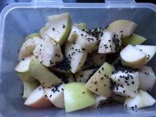 香芒苹薯沙拉,番薯晾凉后与苹果块放在一起,加入芝麻、盐、黑胡椒粉。