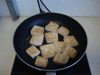 香煎豆腐,豆腐切厚点的片,煎至表面金黄盛出
