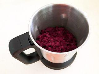 自制紫薯粉,把干爽的紫薯放入干打杯里