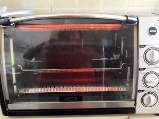 自制紫薯粉,再把烤盘放入烤箱,继续烘烤30分钟