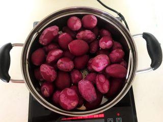 自制紫薯粉,把紫薯放入蒸锅