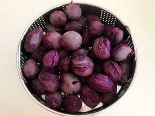 自制紫薯粉,把紫薯取出来,晾至温热