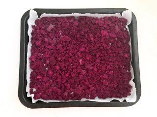 自制紫薯粉,把烤盘取出来