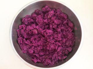 自制紫薯粉,尽量把紫薯泥压得碎一点
