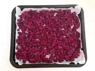 自制紫薯粉,再把烤盘取出来,给紫薯泥翻面