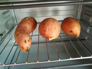 烤地瓜,放中层网架上下火烤一个小时