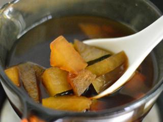 冬瓜生姜茶,用勺子翻拌一下