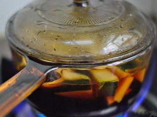 冬瓜生姜茶,然后盖上盖子,小火焖煮约1小时