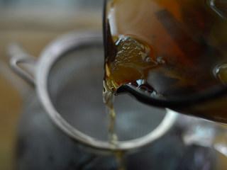 冬瓜生姜茶,滤掉冬瓜渣,倒入容器中