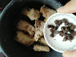 黄花菜烧排骨,倒入豆豉