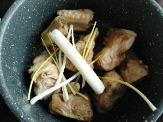 黄花菜烧排骨,八角、葱、辣椒炒香。