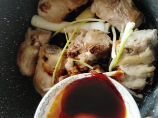 黄花菜烧排骨,酱油