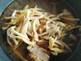 黄花菜烧排骨,泡好的黄花菜