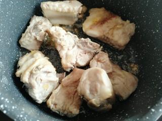 黄花菜烧排骨,倒入排骨炒至排骨上色