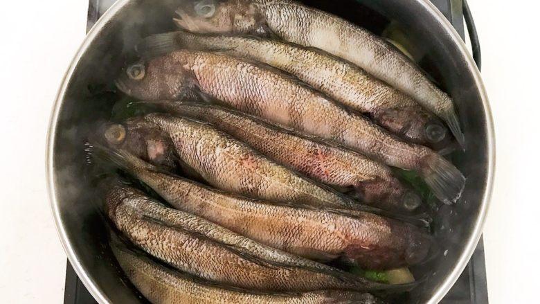 #年年有鱼#  红烧海黄鱼,在炒锅里加入海黄鱼,鱼头鱼尾颠倒摆放