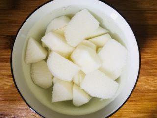 山药排骨汤,山药去皮洗净切成滚刀块放在清水里防止氧化