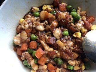丑丑的大肚皮全麦皮香菇糯米烧卖,肉粒、胡萝卜丁、玉米丁、青豆,一勺生抽、料酒、蚝油、糖、姜末拌匀,放入冰箱腌制。