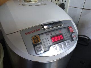 丑丑的大肚皮全麦皮香菇糯米烧卖,糯米洗净,放一勺生抽,按平时煮饭的软硬程度加水,一个煮饭流程。