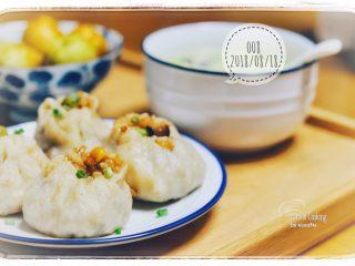 丑丑的大肚皮全麦皮香菇糯米烧卖,可以撒些葱花。趁热吃!
