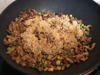 丑丑的大肚皮全麦皮香菇糯米烧卖,肉炒至变色齁,盛入糯米饭,炒匀。