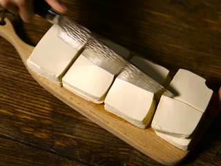 豆腐的另一种吃法,豆腐切片,薄厚均匀一些,想吃偏软些的就切的稍微厚些,相反 切薄。