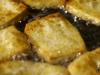 豆腐的另一种吃法,两面都炸至金黄色,豆腐在颤抖...证明它有多嫩么