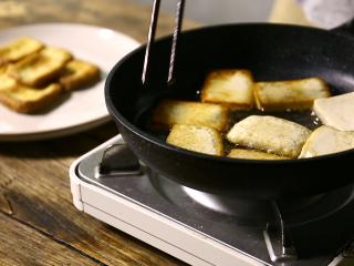 豆腐的另一种吃法,炸完的捞出,不过这一点点怎么够,再来一锅!