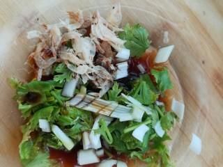 猪肉馅馄饨,取一个碗放入葱末、香菜、虾皮、生抽、和醋