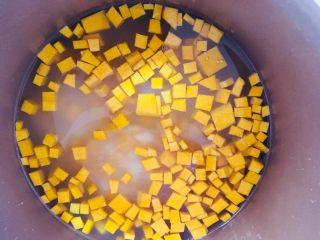 南瓜山药小米粥,加入适量的清水搅拌均匀