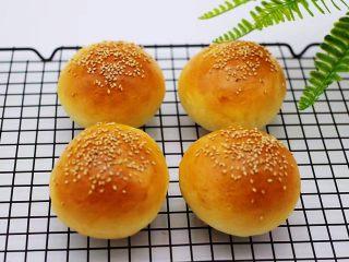 汉堡胚面包,戴上隔热手套取出烤盘,放到凉网放凉后就可以食用了