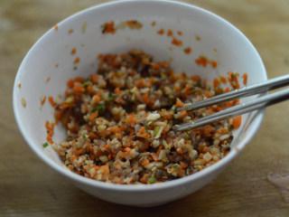 尖椒香菇酿肉,调入酱油、料酒、香醋搅拌均匀