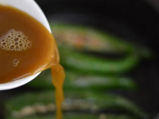 尖椒香菇酿肉,倒入酱汁