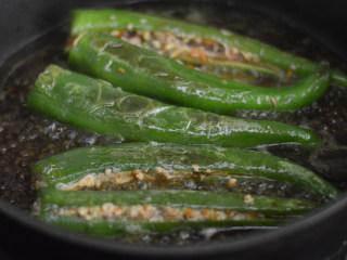 尖椒香菇酿肉,煮至汤汁浓稠即可关火