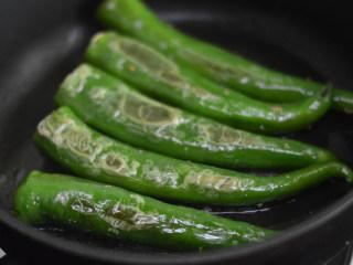 尖椒香菇酿肉,煎至表皮焦黄后翻转煎另外一面