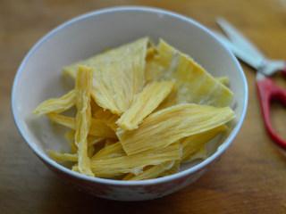 辣拌腐竹,将腐竹剪成小段