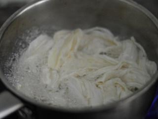 辣拌腐竹,腐竹放入滚水中,焯烫一下捞出