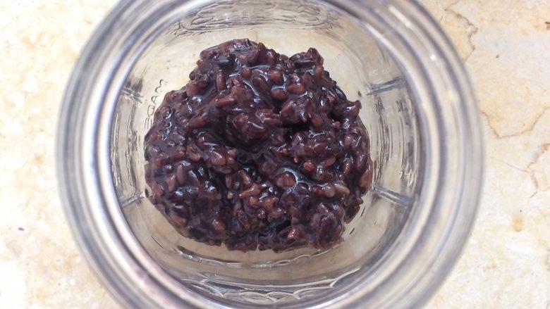养颜护肤:血糯米奶茶,饮料杯放入适量血糯米。