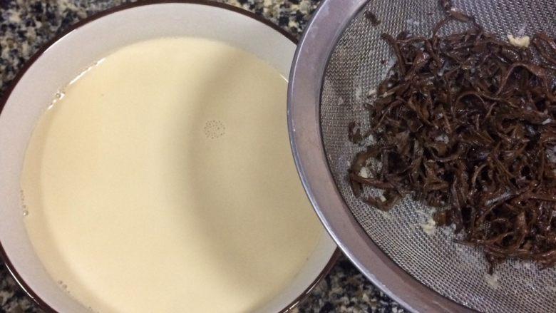 养颜护肤:血糯米奶茶,用网筛将茶叶隔走。