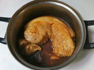 诱人的酱肉,中途将猪肉翻个面再烧
