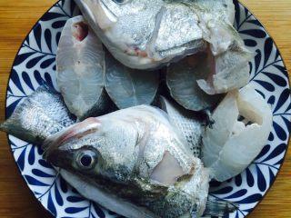 豆腐鲈鱼汤,将鲈鱼切片装盘备用