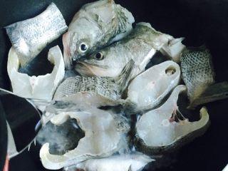 豆腐鲈鱼汤,三分钟后倒入滚热的水,莫过鲈鱼的1/3