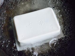 豆腐鲈鱼汤,将豆腐放在锅里煮三分钟
