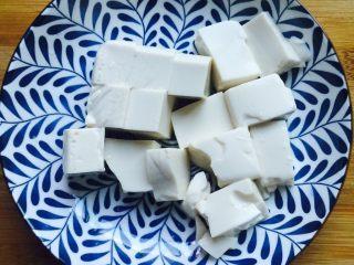豆腐鲈鱼汤,再切块装盘备用