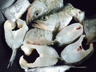 豆腐鲈鱼汤,将鲈鱼片放入锅里小火慢煎三分钟,不用翻面煎
