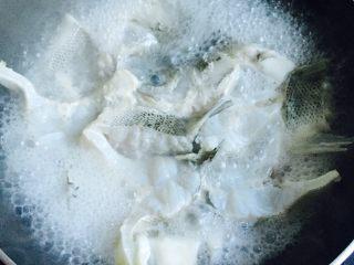 豆腐鲈鱼汤,大火烧开即呈现出奶白色的鱼汤
