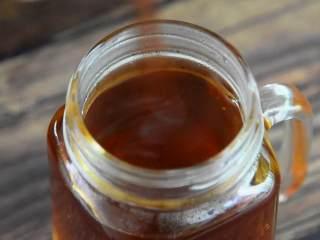 这个夏天就应该来一杯冰爽柠檬茶,加入蜂蜜,搅匀。