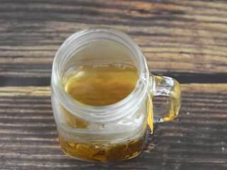 这个夏天就应该来一杯冰爽柠檬茶,红茶包开水浸泡5分钟。