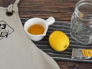 这个夏天就应该来一杯冰爽柠檬茶,『食材』  柠檬/红茶包/蜂蜜/盐