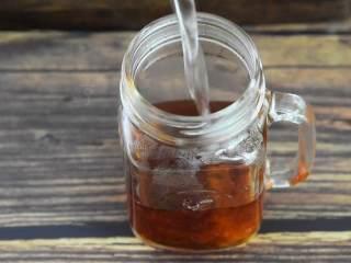 这个夏天就应该来一杯冰爽柠檬茶,去除茶包,倒入凉水。